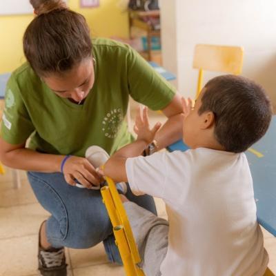 Interna de Projects Abroad trabajando con un niño pequeño durante sus Prácticas de Trabajo Social en Ecuador.